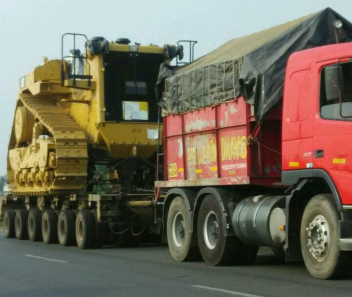 Caterpillar Dozer being transported from Mumbai Port to Angul weighing 72 Tons. MAN 400 Puller + 6 Rows Hydraulic Axle.